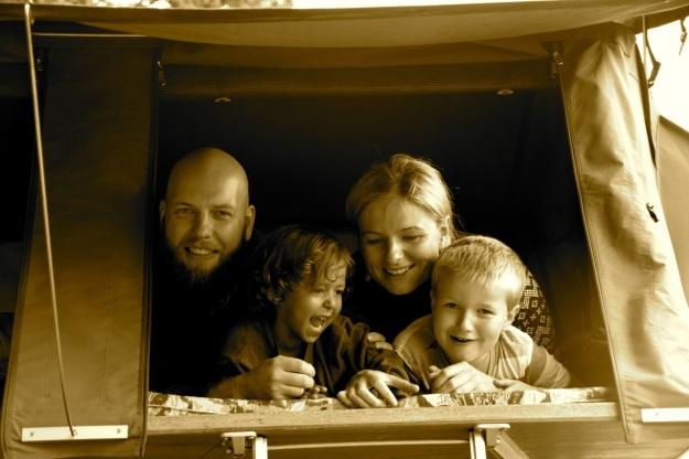 Familjeportätt i tältöppning