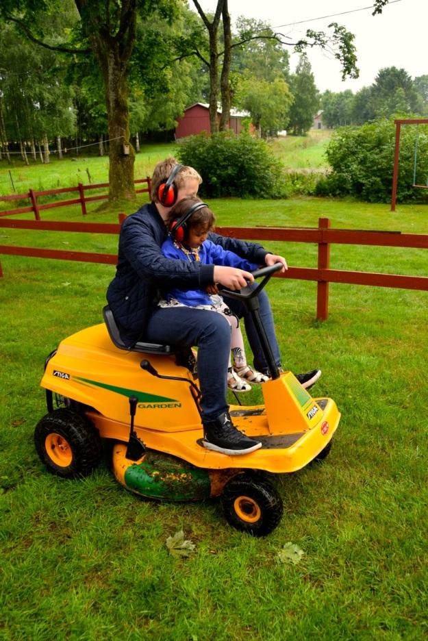 Thea Björn klipper gräset