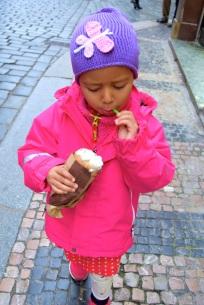 Thea äter glass i gamla stan