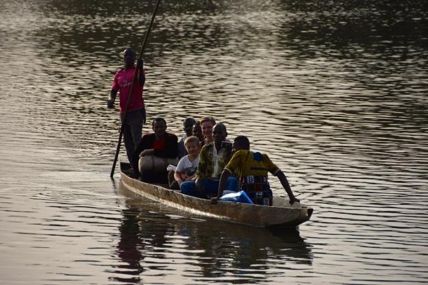 Flodbåt med byhövdingen.jpg