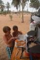 Barnarbete. Thea skalar vitlöken och Harald skivar den