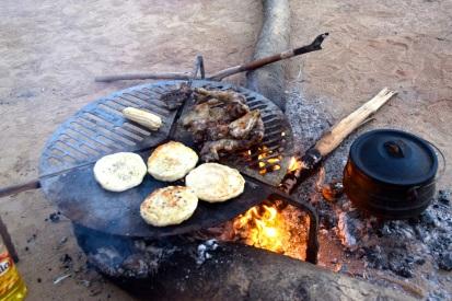 bröd och kyckling på grillen. Oxkött och rotfrukt i grytan.