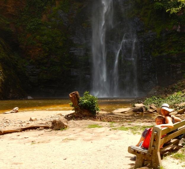 ida-och-barnen-vid-vattenfallet