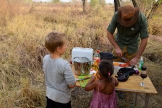 Jörgen gör tomatsallad, Harald bakar bröd och Thea skalar morötter. barnarbete i vanlig ordning ;-)
