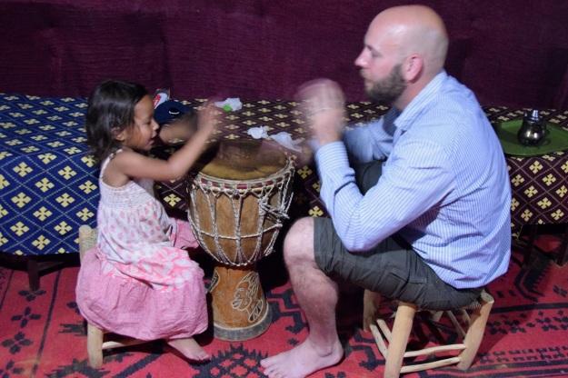 thea-och-jorgen-spelar-trumma