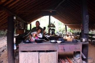 Harald och Thea lagar mat i uteköket