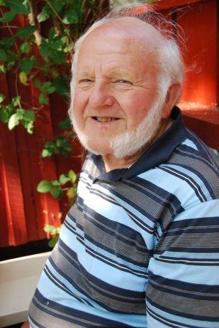Farfar Jens utanför sommarstugan i Ekesunna