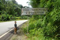 En fot på var sida om ekvatorn