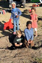 Barnen gräver hyenagrop
