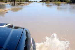 översvämmad väg i Botswana