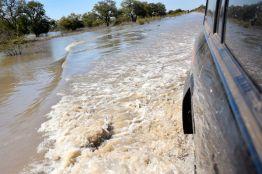 översvämmad väg