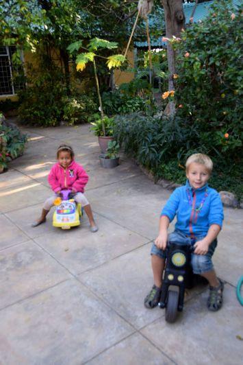 Harald och Thea leker i trädgården
