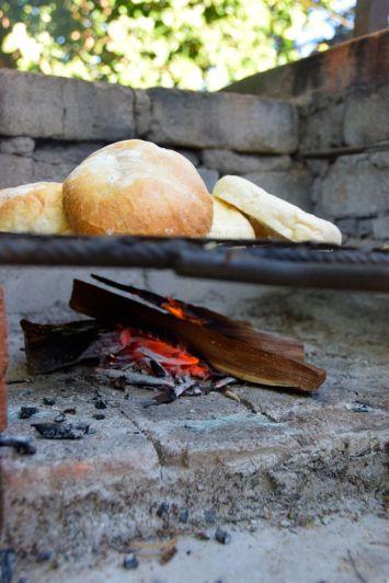 Rostar bröd på elden