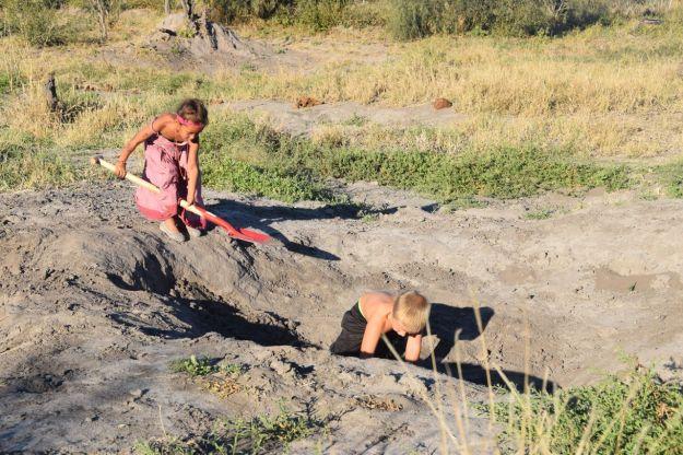 barnen gräver