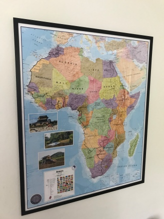 Resrutten inritad på Afrikakartan i vardagsrummet